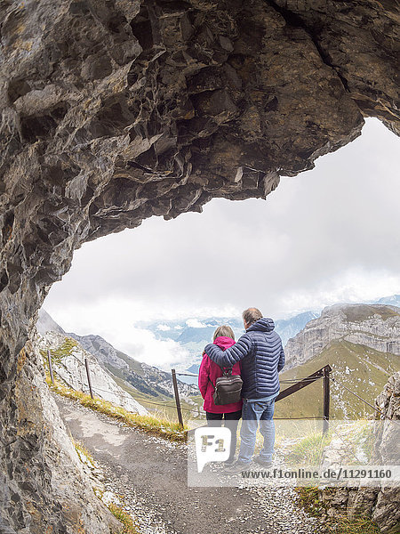 Schweiz  Seniorenpaar Wandern in den Emmentaler Alpen