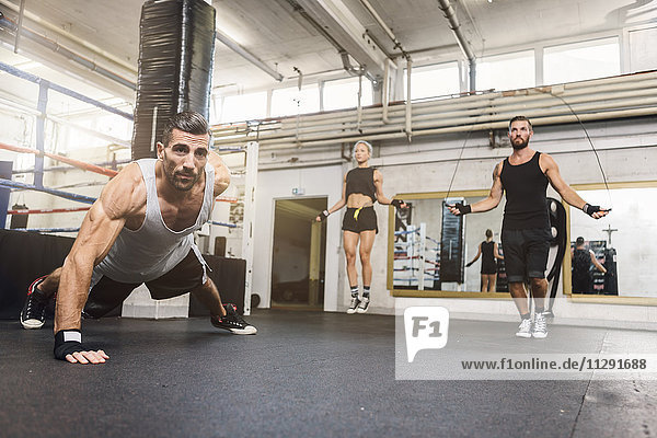 Sportler  die im Boxclub trainieren