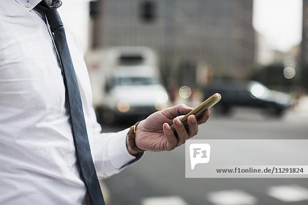 Hand des Geschäftsmannes mit Smartphone