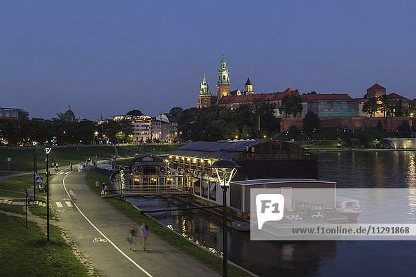 Poland  Krakow  view to Wawel Cathedral and castle with Vistula River in the foreground at evening
