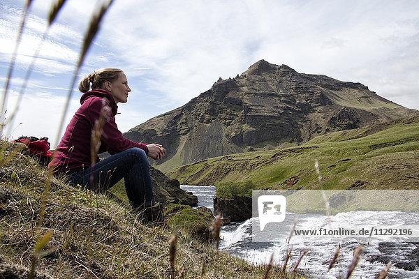Island,  Godafoss,  Wanderer beim Ausruhen