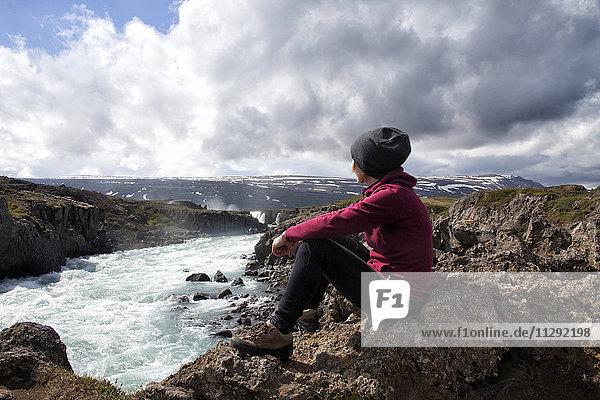 Island  Godafoss  Wanderer mit Blick auf die Landschaft