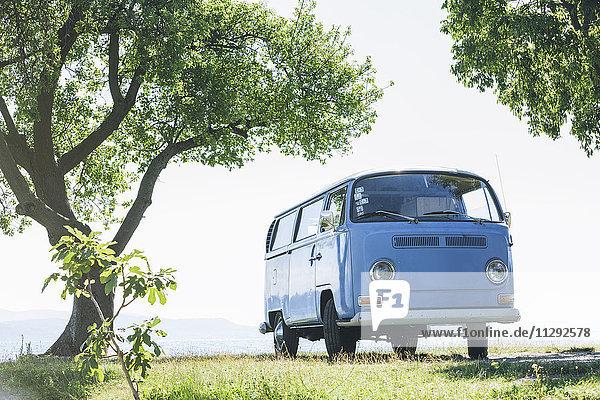 Italien  Gardasee  Campingbus am Seeufer
