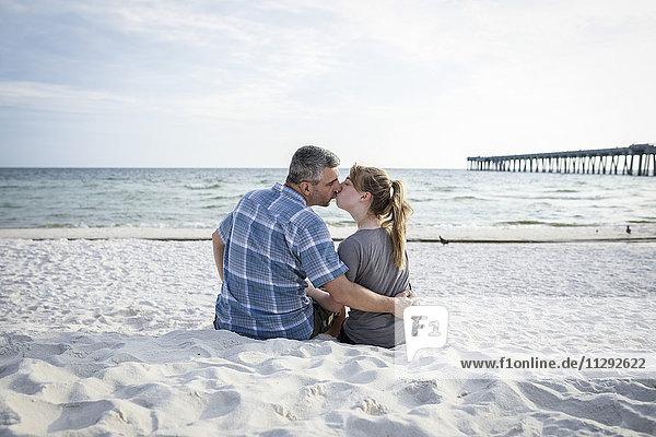 USA  Kussendes Paar am Panama City Beach