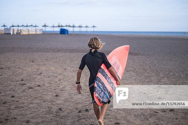 Spanien  Teneriffa  Junge mit Surfbrett am Strand Spanien, Teneriffa, Junge mit Surfbrett am Strand