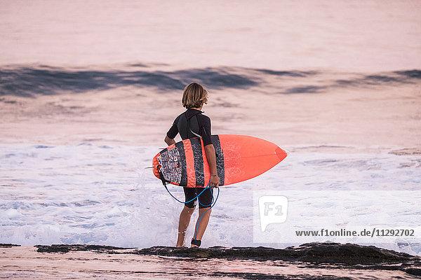 Spanien  Teneriffa  Junge mit Surfbrett am Meer Spanien, Teneriffa, Junge mit Surfbrett am Meer