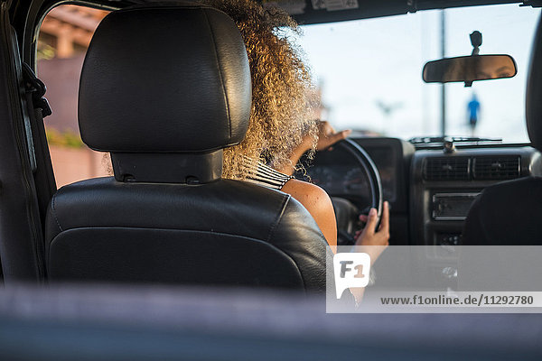 Rückansicht der Frau beim Autofahren