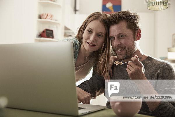 Paar  das zusammen auf den Laptop schaut