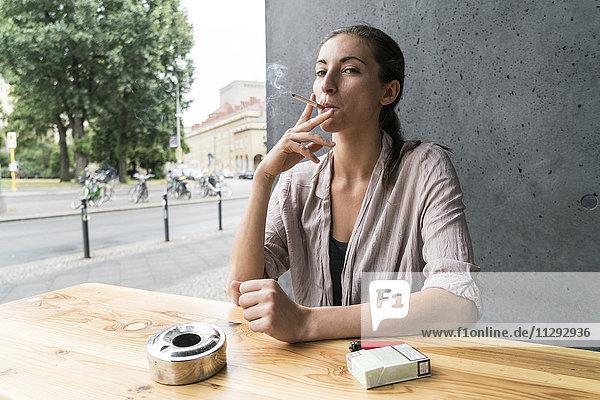 Junge Frau rauchen