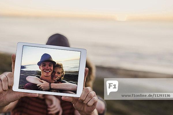 Selfie des jungen Paares auf Tablettendisplay