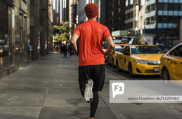 USA  New York City  Mann läuft in Manhattan