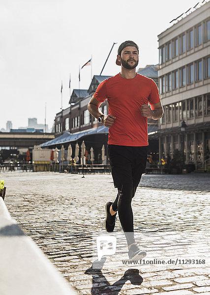 USA  New York City  Mann läuft auf Kopfsteinpflaster