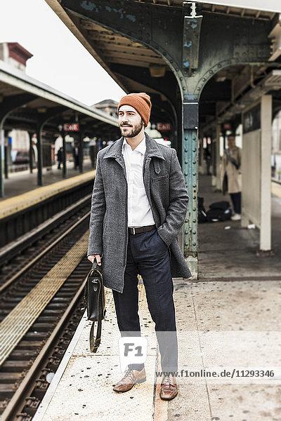 Junger Mann wartet am Bahnsteig der Metrostation