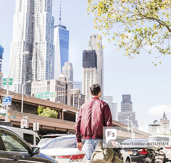 USA  New York City  Rückansicht des Menschen in Manhattan