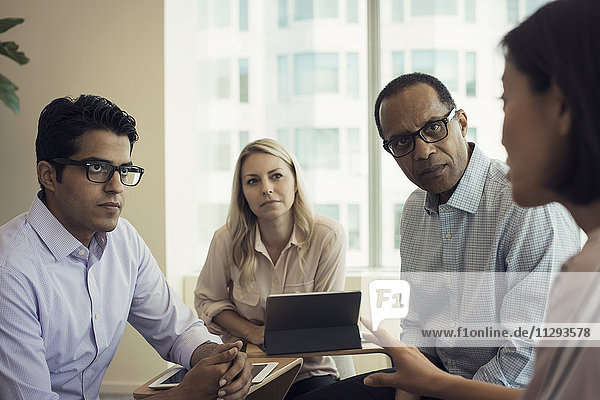 Geschäftsleute im Meeting mit interessanten Gesprächen