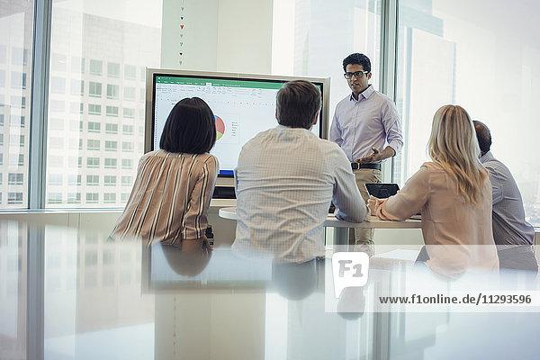 Geschäftsleute  die der Präsentation zuhören