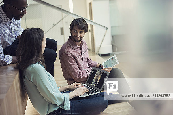 Geschäftsleute mit einer Videokonferenz am Laptop