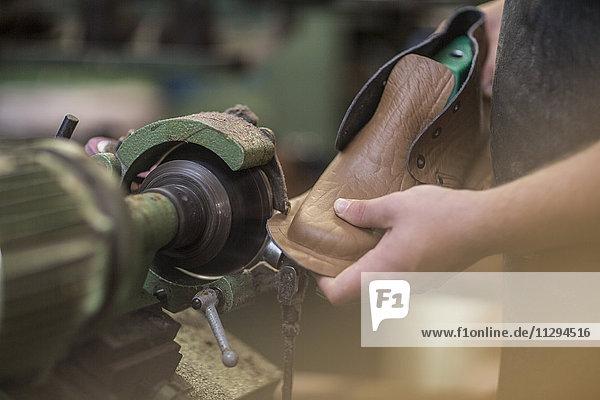 Schuhmacher bei der Arbeit in der Werkstatt Schuhmacher bei der Arbeit in der Werkstatt