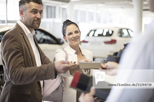 Paar sucht Autohändler im Showroom