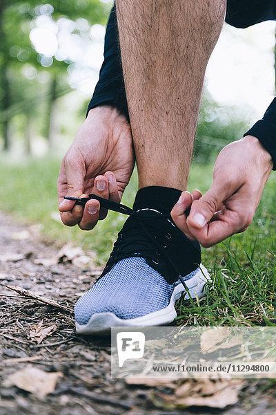 Jogger beim Binden seiner Schuhe