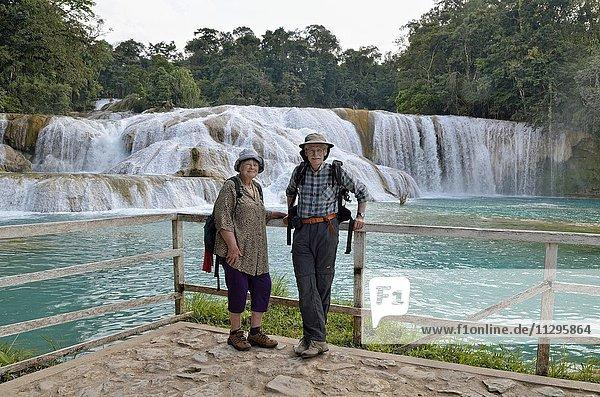 Touristen stehen an den Cataratas de Agua Azul  Wasserfälle des blauen Wassers  Palenque  Bundesstaat Chiapas  Mexiko  Mittelamerika
