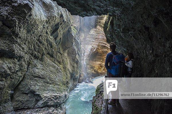 Wanderer in der Partnachklamm  Fluss Partnach  Garmisch-Partenkirchen  Werdenfelser Land  Wettersteingebirge  Oberbayern  Bayern  Deutschland  Europa