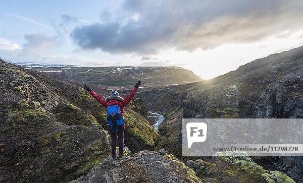 Wanderin blickt oberhalb des Wasserfalls auf Canyon des Glymur  Hvalfjarðarsveit  Vesturland  Island  Europa