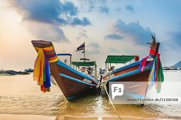 Bunte traditionelle Longtail Boote am Sandstrand  Ko Pha-ngan  Thailand  Asien