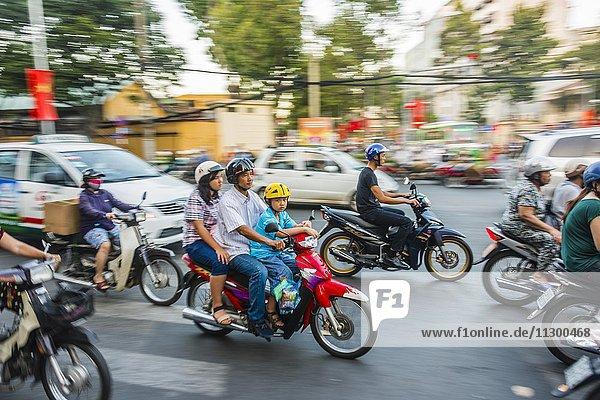 Rollerfahrer  Familie auf einem Roller  im chaotischen Straßenverkehr  Bewegungsunschärfe  Ho-Chi-Minh-Stadt  H? Chí Minh  Vietnam  Asien