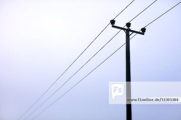 Stromleitungen unter bewölktem Himmel