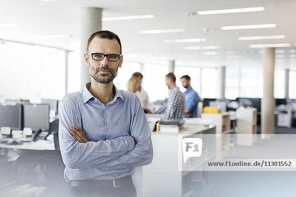 Portrait seriöser Geschäftsmann mit gekreuzten Armen im Amt