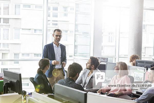 Geschäftsmann leitet Meeting im Büro