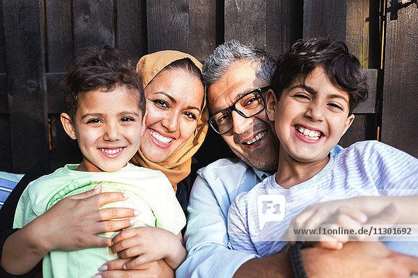 Porträt einer glücklichen Familie außerhalb des Hauses