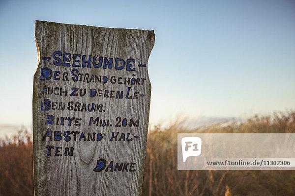 Holzschild zum Tierschutz in den Dünen  Sylt  Schleswig-Holstein  Deutschland  Europa