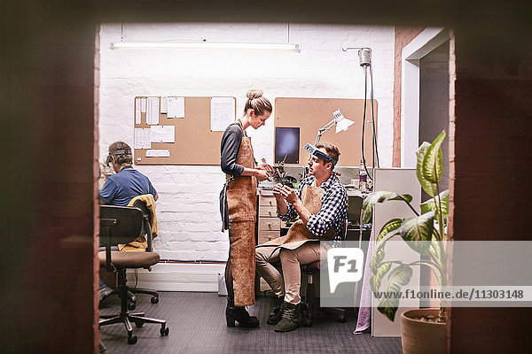 Juweliere sprechen im Werkstattbüro