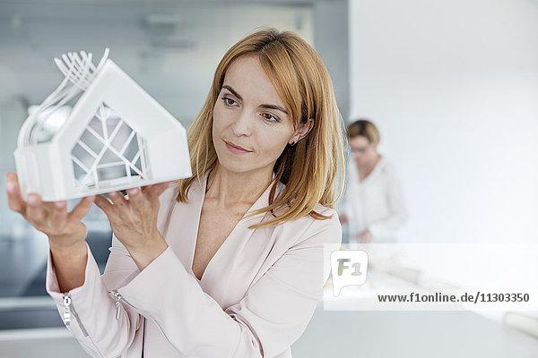Architektin untersucht Modell im Büro