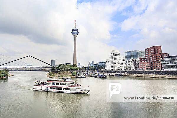 Deutschland  Düsseldorf  Blick auf Rheinturm und Medienhafen