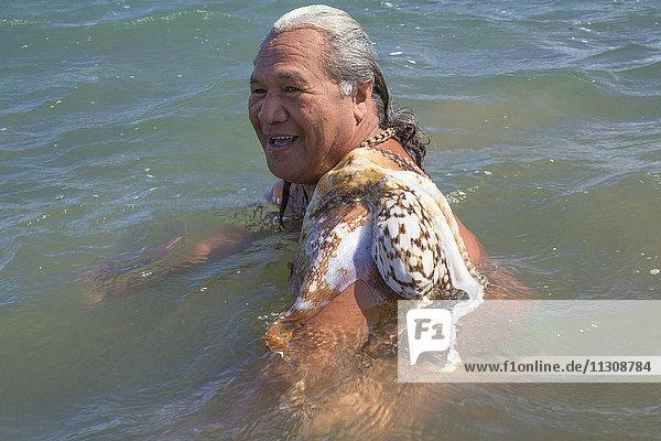 Molokai  local  Polynesian  no model-release  man  sea  Octopus  USA  Hawaii  America