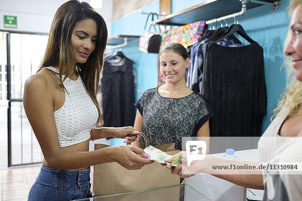 Kunde zahlt für den Kauf in der Modeboutique