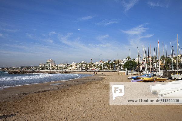 Spanien  Katalonien  Sitges  Küstenstadt und Strand am Mittelmeer