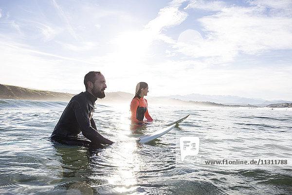 Surfer im Wasser warten auf die Welle