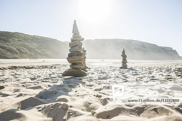 Portugal  Gestapelte Steine am Strand