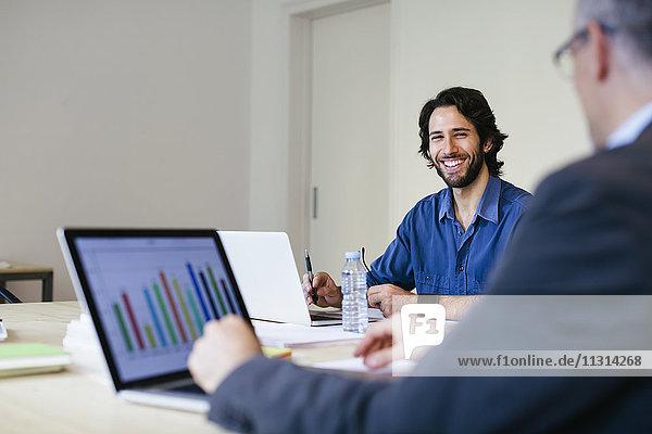 Zwei Geschäftsleute  die zusammen im Büro arbeiten.