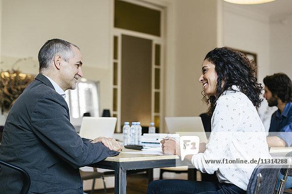 Geschäftsleute im Gespräch bei einer Teambesprechung im Büro