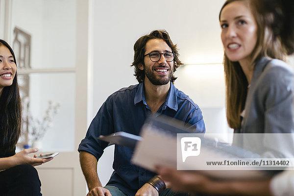 Geschäftsleute diskutieren im Arbeitstreffen