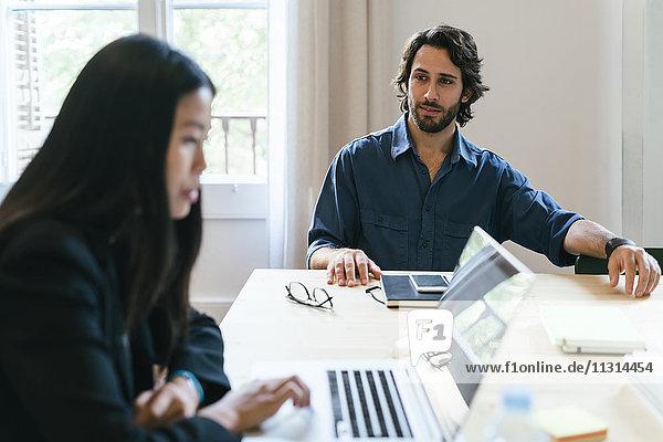 Geschäftsleute  die gemeinsam im Büro arbeiten