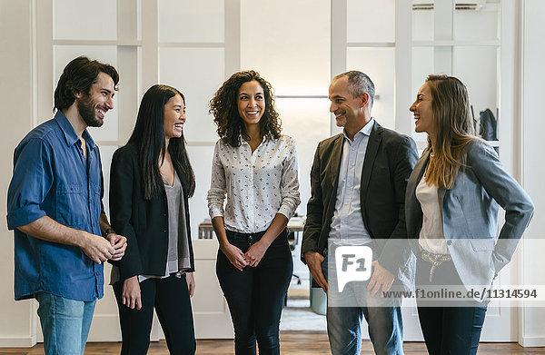 Gruppe selbstbewusster Geschäftsleute im Amt
