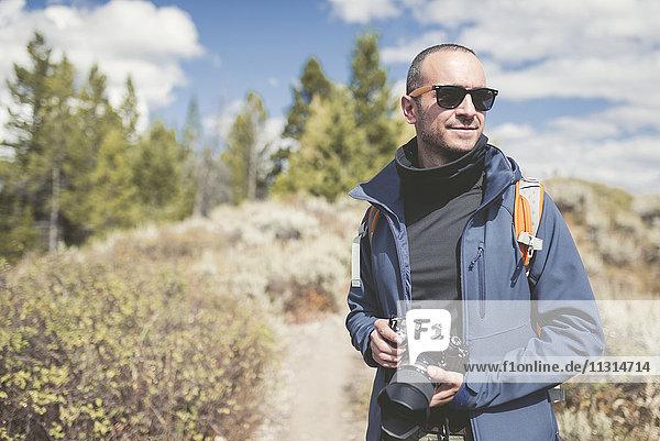 USA  Wyoming  Mann mit Kamera im Grand Teton National Park