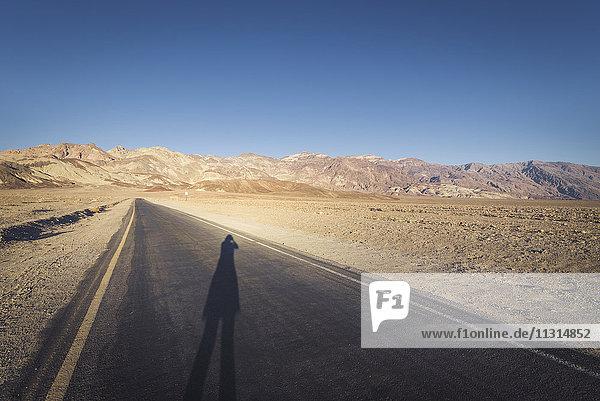 USA  Kalifornien  Death Valley  Artist's Drive mit Frauenschatten bei Sonnenuntergang