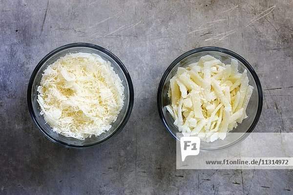 Verschiedene geriebene Parmesane in Glasschalen